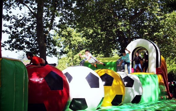 Wipeout ou parcours soccer gonflable